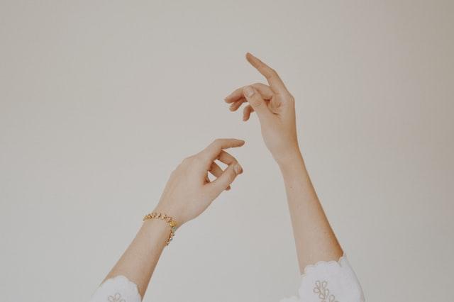 pielęgnacja dłoni, suche dłonie, jak dbać o suche dłonie, jak nawilżać dłonie, sucha skóra na rękach